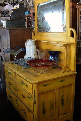 Mueble cómoda con espejo y patina amarilla, Sonia Carroza Antiguedades