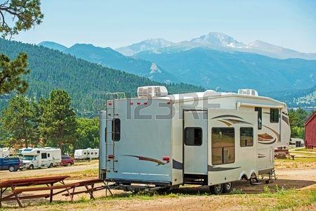 RV Camping Quinta Roda. Trailer Viagem com Sliders estendidos em Campground Mountain.