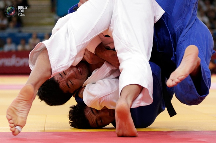Japan's Hiroaki Hiraoka fights with Britain's Ashley Mckenzie during men's -60kg elimination round of 32 judo match at London 2012 Olympic Games. TORU HANAI/REUTERS