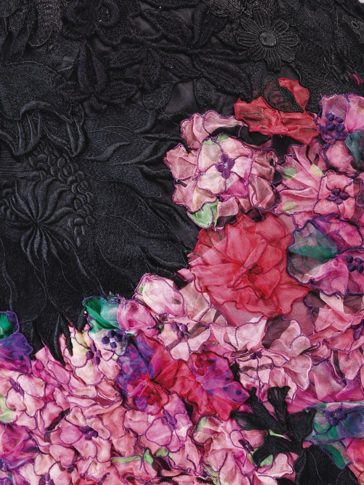 Yves Saint Laurent Haute Couture, printemps-été 1980. Robe du soir en patchwork de dentelle et fleurs d'organza, manches ballons en velours brodé. Détail