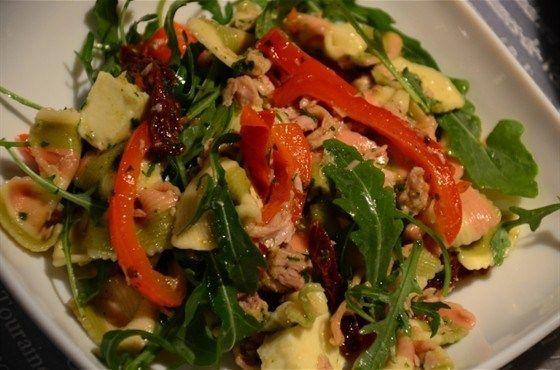 Итальянский салат с пастой, тунцом и вялеными томатами