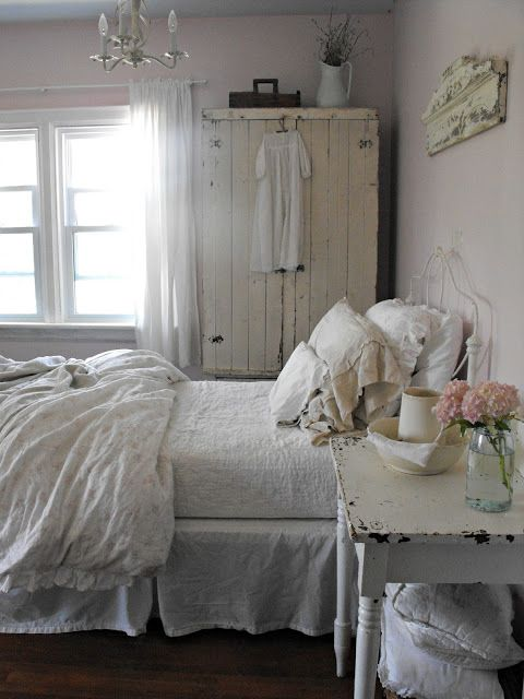 Bedroom grey pink white chippy shabby chic for Chambre style shabby chic