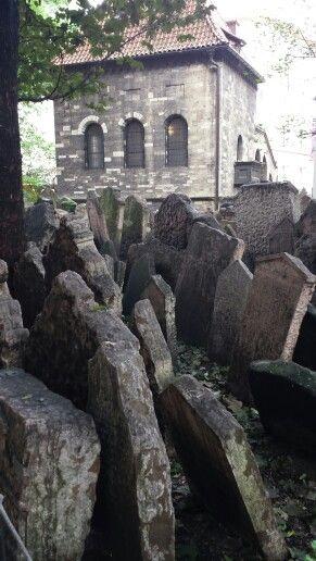 Den judiska kyrkogården,  det mest sevärda. 200 000 gravar i lager på lager. De senaste från slutet av 1700-talet.