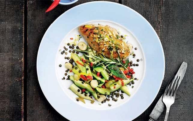 Spis dig til flad mave: Rosmarinkylling med lun courgettesalat