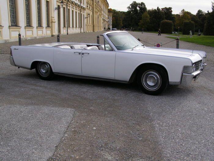 Lincoln - Continental Sedan Cabriolet - 1965  Buitenkant wit interieur licht velours elektrische antenne elektrische voorstoelen elektrische ramen; stuurbekrachtiging; motor: MEL V8 7046 ccm 324 DIN- pk vermogen 600 Nm scharniermoment; transmissie: 3-versnelllingen Turbo-Drive automaat; autokeuring sticker 10/17 De wagen is in een roest-vrije niet-gerestaureerde originele staat. De lak werd vernieuwd in de jaren 90 en is in goede staat met uitzondering van de buffer hoorn linksvoor die een…