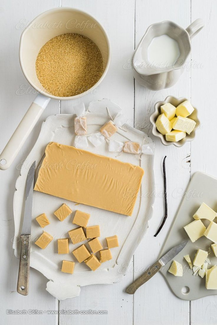 Zutaten fur hausgemachte Karamell-Toffee-Bonbons: Butter, gezuckerte Kondensmilch, brauner Zucker, Vanille, weisse Schokolade