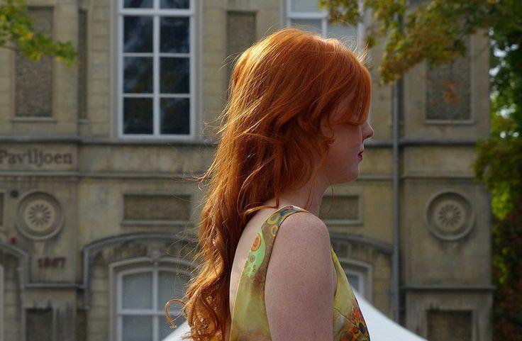 Red girl in golden light, Koningin Wilhelmina Paviljoen   Eddy Van 3000 via flickr