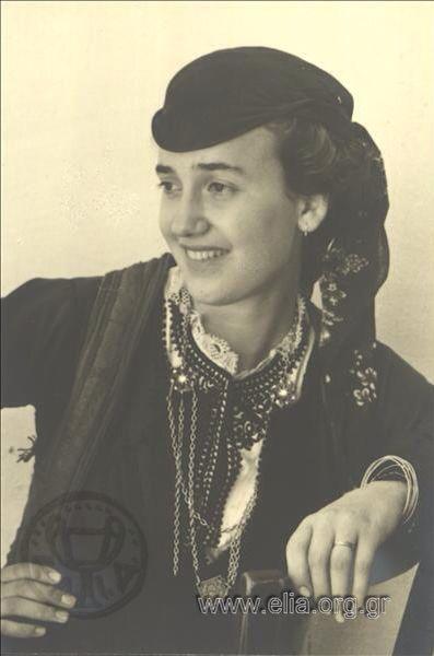 Εορτασμοί της 4ης Αυγούστου: γυναίκα με παραδοσιακή φορεσιά από το Ζαγόρι  1937. Nelly's (Σεραϊδάρη Έλλη)