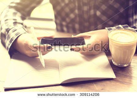 Стоковые фотографии и изображения девушка пишет смс кафе | Shutterstock