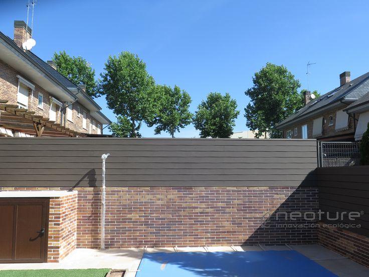 Vallado exterior en madera tecnologica para delimitacion de parcelas sobre muro. Visto a 2 caras. NeoBlock.