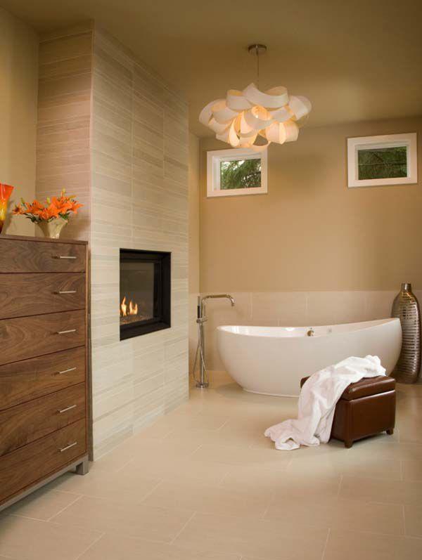 Светлая ванна с газовым камином. .