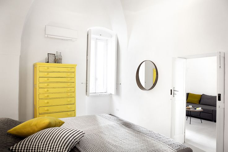 Das Schlafzimmer mit einem Kingsize-Bett, Klimaanlage und gelbem Schrank mit vielen Schubladen.  / / / / / / / / / casapolpo.com (Ferienwohnung) CASA POLPO appartamento  #italien #apulien #monopoli #puglia #italia #urlaub #ferienwohnung #casapolpo #interior #design