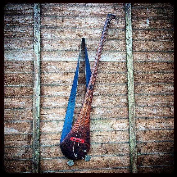 Deux cordes fretless basse de DaShtick monté wit un micro piézo.  Cet instrument a été fabriqué sur commande, cependant, il peut être utilisé comme référence pour la création dun instrument similaire.  Sil vous plaît, utilisez loption de commande si vous êtes intéressé par lachat dune guitare basse frettée ou fretless.