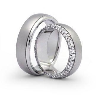 Hochwertige Ringe in 750 Weißgold mit 92 Brill. 0,750ct TW-SI Ringform: außen gerundet, innen bombiert. Dadurch entsteht ein angenehmer Tragekomfort. Damenring, Herrenring: 6,5mm breit, 2,4mm stark Oberfläche: matt / poliert