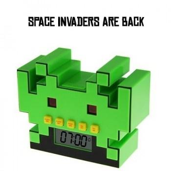 Que ce soit pour les geeks, pour les petits ou pour les plus grands, le gadget fun du jour est nommé : Le réveil Space Invaders. Réjouissant les fans du célèbre jeu comme les amoureux du gadget fun, celui-ci va vous réveiller de la plus geek des façons ! Ce gadget fun est à retrouver sur www.pinklemon.fr ! Pinklemon, le zeste de gadget fun.