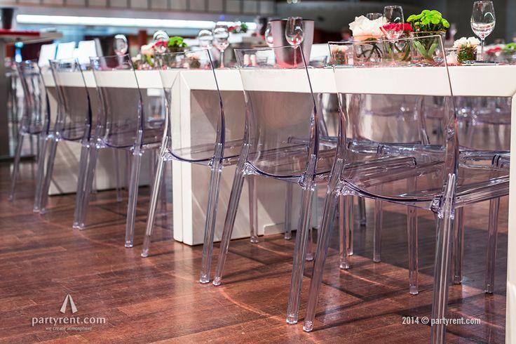 Kick-off #event: Het concept bestond uit verschillende meubels en subtiel smaakvolle tafeldecoratie. De kleurstelling werd afgestemd op de bedrijfshuisstijl van de opdrachtgever: Rood, wit en transparant