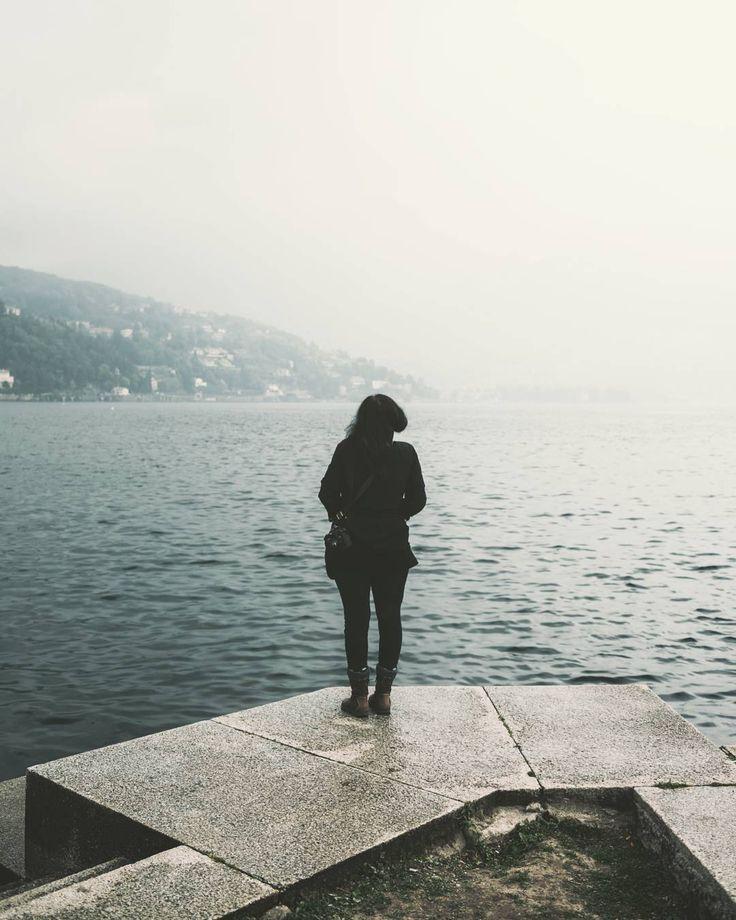"""""""Mi piace"""": 105, commenti: 6 - Eugenio Marongiu photographer (@eugeniomarongiu) su Instagram: """"Alessandra @jesuis_desole contempla il paesaggio lacustre in una piovosa giornata di Aprile _…"""""""