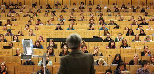"""Der Trendgeht zur Kuschelzensur. Der Wissenschaftsrat bemängelt nach SPIEGEL-Informationen die Tendenz zu immer besseren Prüfungsnoten an deutschen Hochschulen. In der """"großen Mehrheit der Fächer"""" werde die """"Notenskala kaum ausgeschöpft"""", konstatiert das wichtigste Beratergremium im Wissenschaftssystem."""