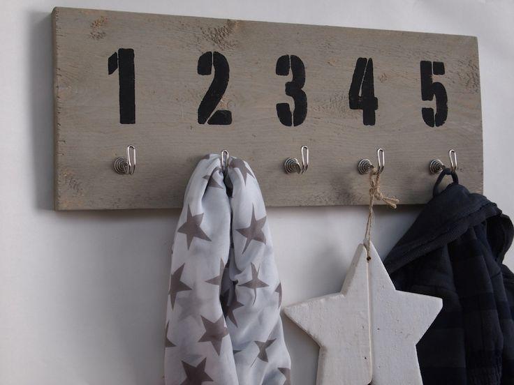 Stoere, steigerhouten kapstok met cijfers