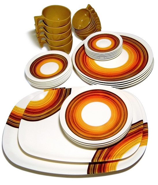 This design was made from mid 1960s to late 70s by Brazilian brand Goyana, molded of Melamine plastic, both in bold colors or decorated; in this example, in typical early 1970s decor.
