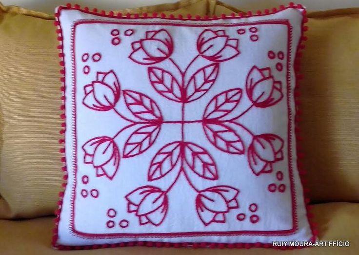 Almofada (capa) em algodão rústico branco bordado floral em lã vermelha...acabamento com pompom e passamanaria vermelhas....fechamento em velcro....45x45 cm.  Por Ruiy Moura.
