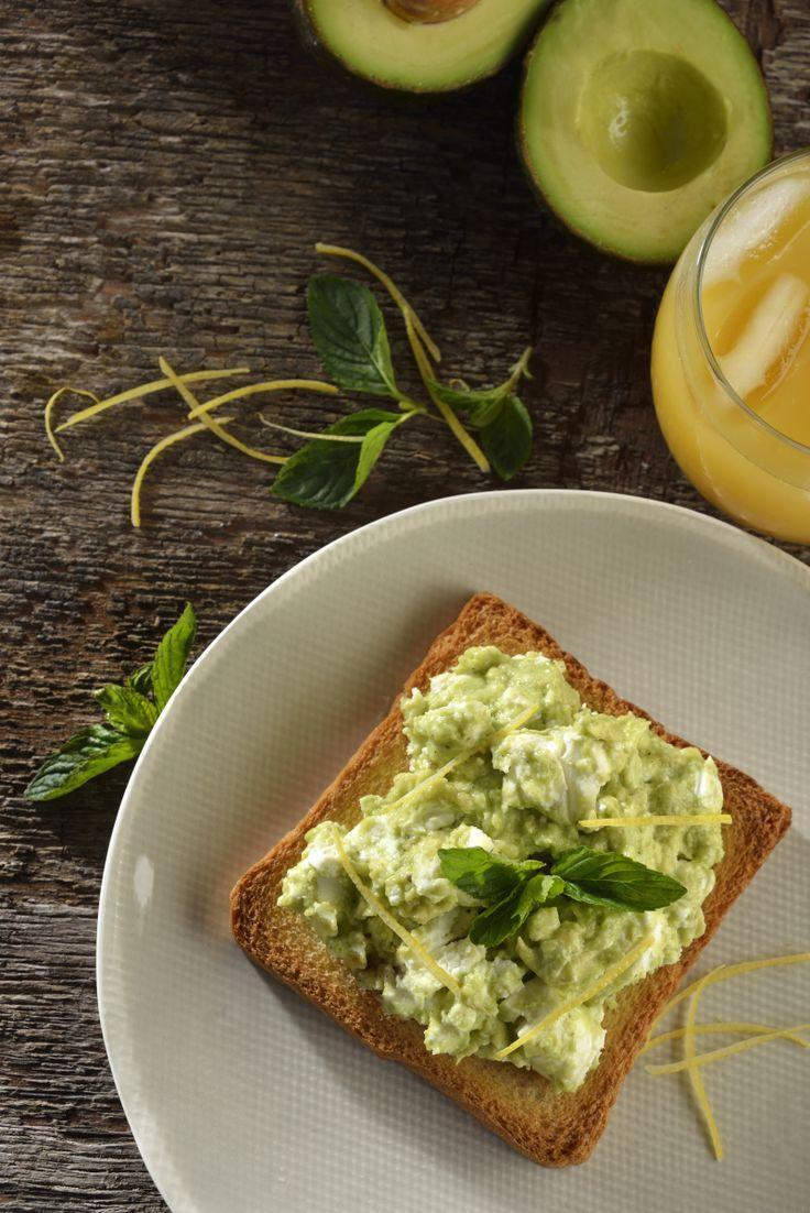 Una deliciosa receta, perfecta para un desayuno o como una sabrosa entrada, perfecta para cuando vienen a visitarte tus amigas y no tienes ninguna botana. La combinación de aguacate, queso de cabra es deliciosa, y más si tiene limón amarillo y menta.