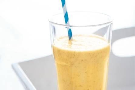 Banaan-mango-dadelsmoothie, Ingrediënten 2 bananen/  1 mango (geschild en pit verwijderd)/  1 pak volle yoghurt (1 liter)/  12 dadels (zonder pit (zak 250 g))/  3 el honing/