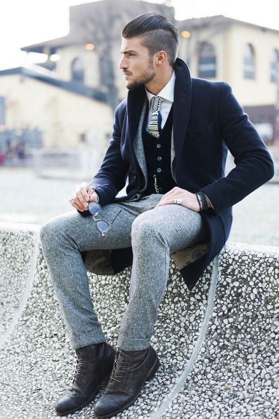 Acheter la tenue sur Lookastic: https://lookastic.fr/mode-homme/tenues/pardessus-blazer-cardigan-chemise-de-ville-pantalon-de-costume-bottes-cravate/4138 — Chemise de ville blanc — Cardigan noir — Blazer en laine gris — Pardessus bleu marine — Pantalon de costume en laine gris — Bottes en cuir brun foncé — Cravate imprimé gris