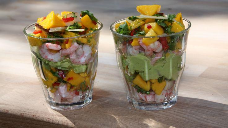 Ferske reker med mango, chili og kokos legges lagvis med avokadokrem i serveringsglass. Foto: DR