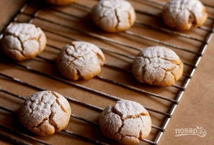 Духовку прогрейте до 200 градусов и выпекайте печеньки 20-25 минут.
