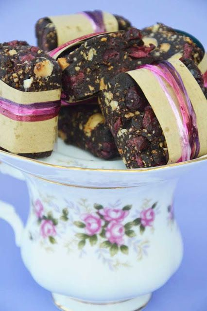 no bake superfood bar with 4 ingredients  Recipe on Dutch blog with translation button.