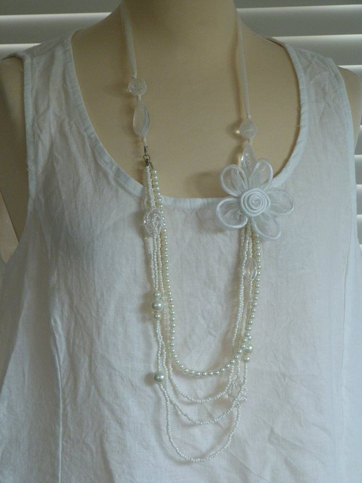 Beautiful & delicate white bead and pearl necklace with flower detail