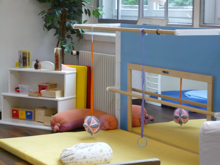 SUPER CUTE montessori room! <3 <3 <3 Mobilis são super interessantes para os bebês, tenha alguns deles pendurados e não se limite ao teto acima da cama, espalhe alguns pelo resto do quarto, os pequenos vão amar. Use fitas mais longas para que os objetos fiquem mais próximos do bebê, caso seu pé direito seja alto mas ainda fora do alcance da criança.