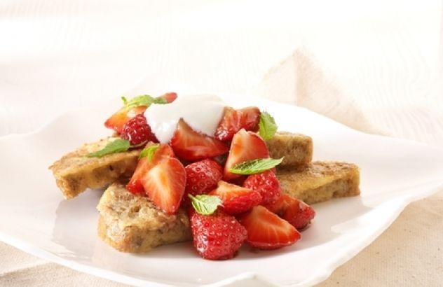 Wentelteefjes van meergranenbrood met gemarineerde aardbeien