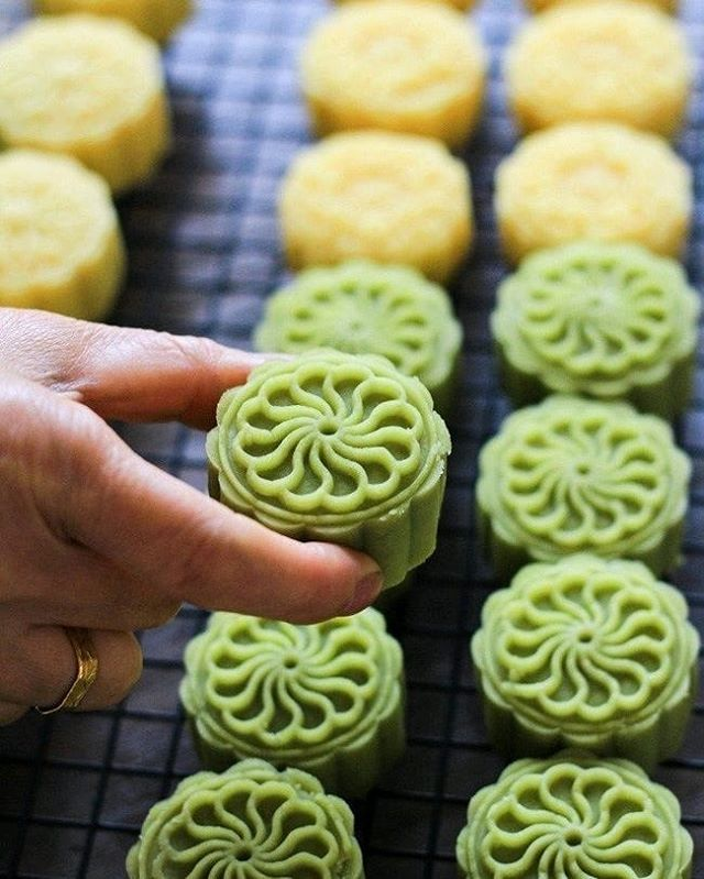 Be Sure To Try Green Bean Cake If You Have Not Tried Before Greenbean Singapore Singaporefood Snackz Fromsgwi Mooncake Recipe Asian Desserts Bean Cakes