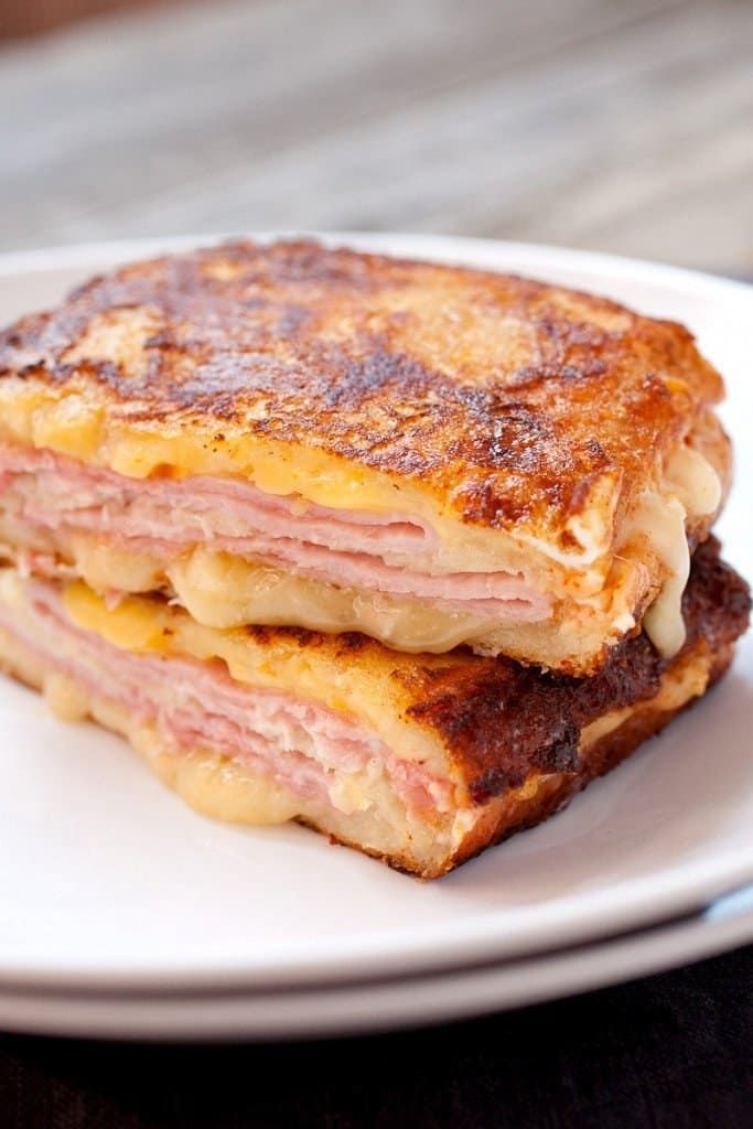 """""""Hago una variación del Monte Cristo. Hago dos piezas de tostada francesa con mucha canela en el huevo batido y solo cocino un lado hasta que se pone marrón. Luego pongo jamón y un poco de queso suizo entre las partes que no están tostadas y lo pongo al grill como un sandwich al grill para calentar la carne y el queso. Delicioso.""""—crisclcReceta: Sandwich Monte Cristo"""
