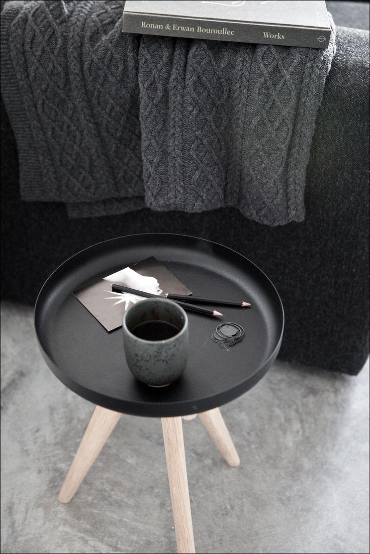 Flip Around kan benyttes både som taburet og som side- eller bakkebord. Du kan hurtigt ændre funktion ved blot at vende sædet rundt, så den fungerer som bakkebord og omvendt. Endelig kan pladen helt afmonteres og benyttes for sig som serveringsbakke.