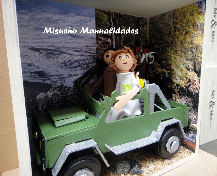 Pareja de fofuchas sentadas en un jeep de cartulina. Forma parte de una serie de 4 cajas temáticas como regalo para los testigos de una boda.  www.misuenyo.com / www.misuenyo.es