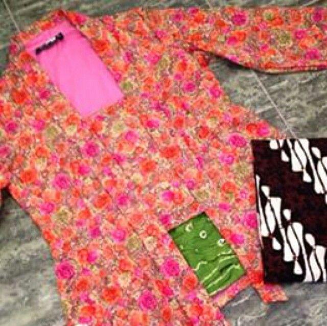 Contoh kombinasi kebaya kutu baru motif mawar, kain angkin jumputan warna hijau dan batik motif parang