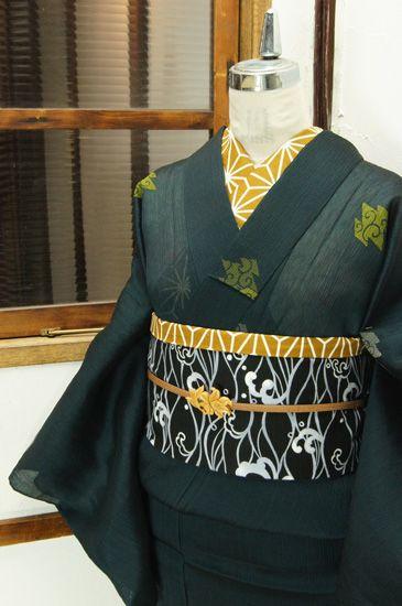 黒に近い沈んだ緑の地に、唐草文様の松皮菱が小粋に浮かぶ涼やかな縮地の夏着物です。 #kimono