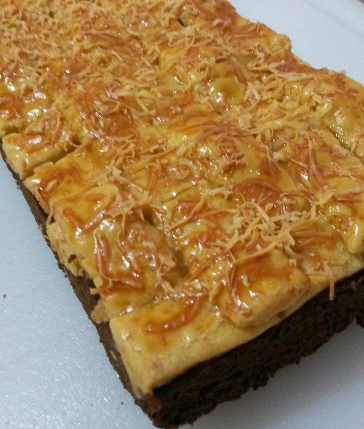 Brownies Kastengel Pineapple is a brownies covered with pineapple jam and kastengel cookies dough.