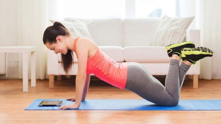 Flexão com pés cruzados para modelar o corpo e definir curvas
