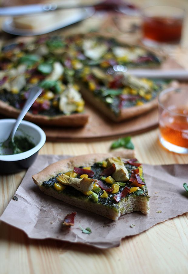 Pizza integral con salsa pesto, alcachofas y jamón
