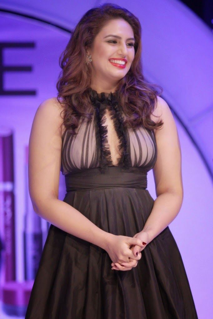 Huma Qureshi Sexy Cleavage Stills At Oriflame Cosmetic -7434
