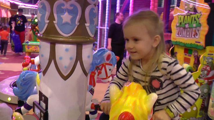 VlOG Диана и Тимур Гуляют в Детском Развлекательном центре.Играют в Лабиринте много Шариков.
