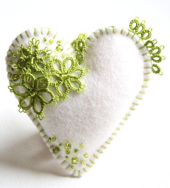 Due bianco lana merino 100% feltro cuori ornati con chiacchierino di filo di cotone verde mela e branelli del seme verde mela. Germogli di lavanda racchiusi in ciascuno di rinfrescare un cassetto speciale o da appendere nel vostro armadio. Riceverete entrambi i cuori.  Cuori misurano 4 pollici da 4 pollici e 3 1/2 da 3 1/2 pollici. Ogni cuore ha un gancio di pizzo che misura 3 pollici di lunghezza.  Creato appositamente per voi con la massima attenzione ai dettagli