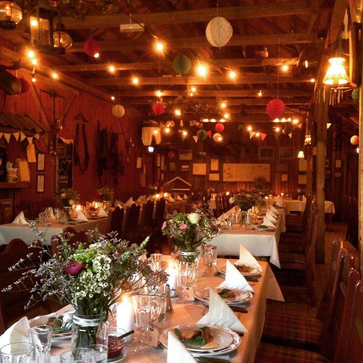 Stemning med lyslenker og vimpler i taket! ✨#låvebryllup #bryllup #bamsrudlåven  #wedding #låve #bonderomantisk #østfold #norge