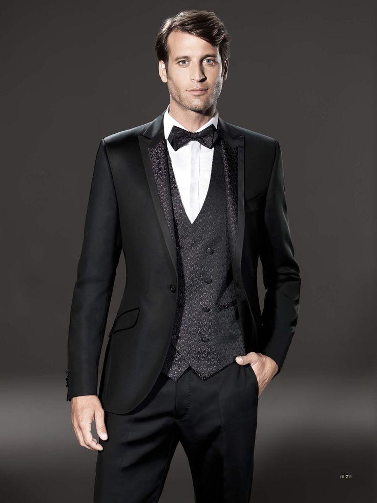 Traje de novio de la firma Sandro Sellini, chaleco y solapa comparten tejido de lurex adamascado, así como la pajarita. Disponible en www.sastreriacampfaso.es