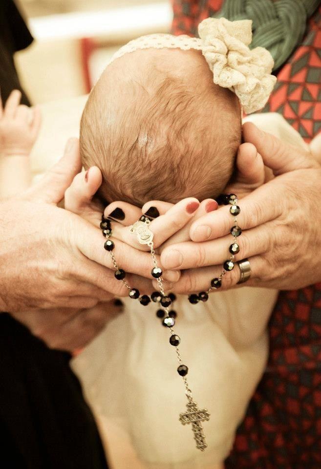 I LIKE IT!! foto de las manos de los padres y padrinos, sosteniendo la cabeza del bebé