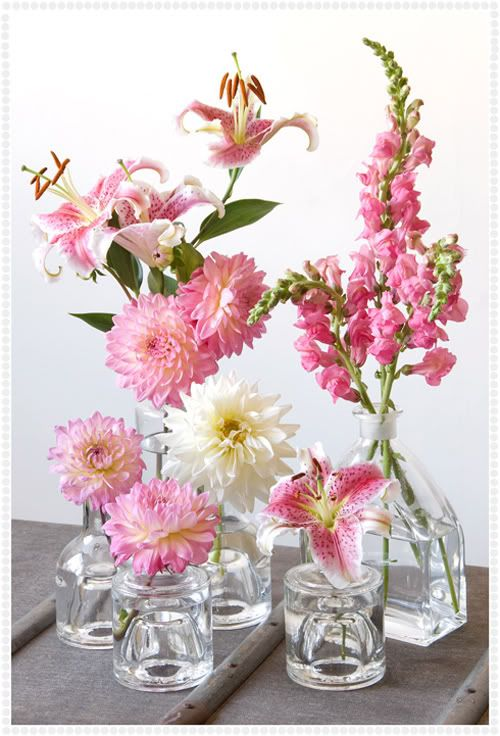 such a cute (and cheap) way of displaying flowers, maybe a good idea for outdoors wedding table centrepieces? the small vases and jars one can collect and buy cheap at thrift stores.